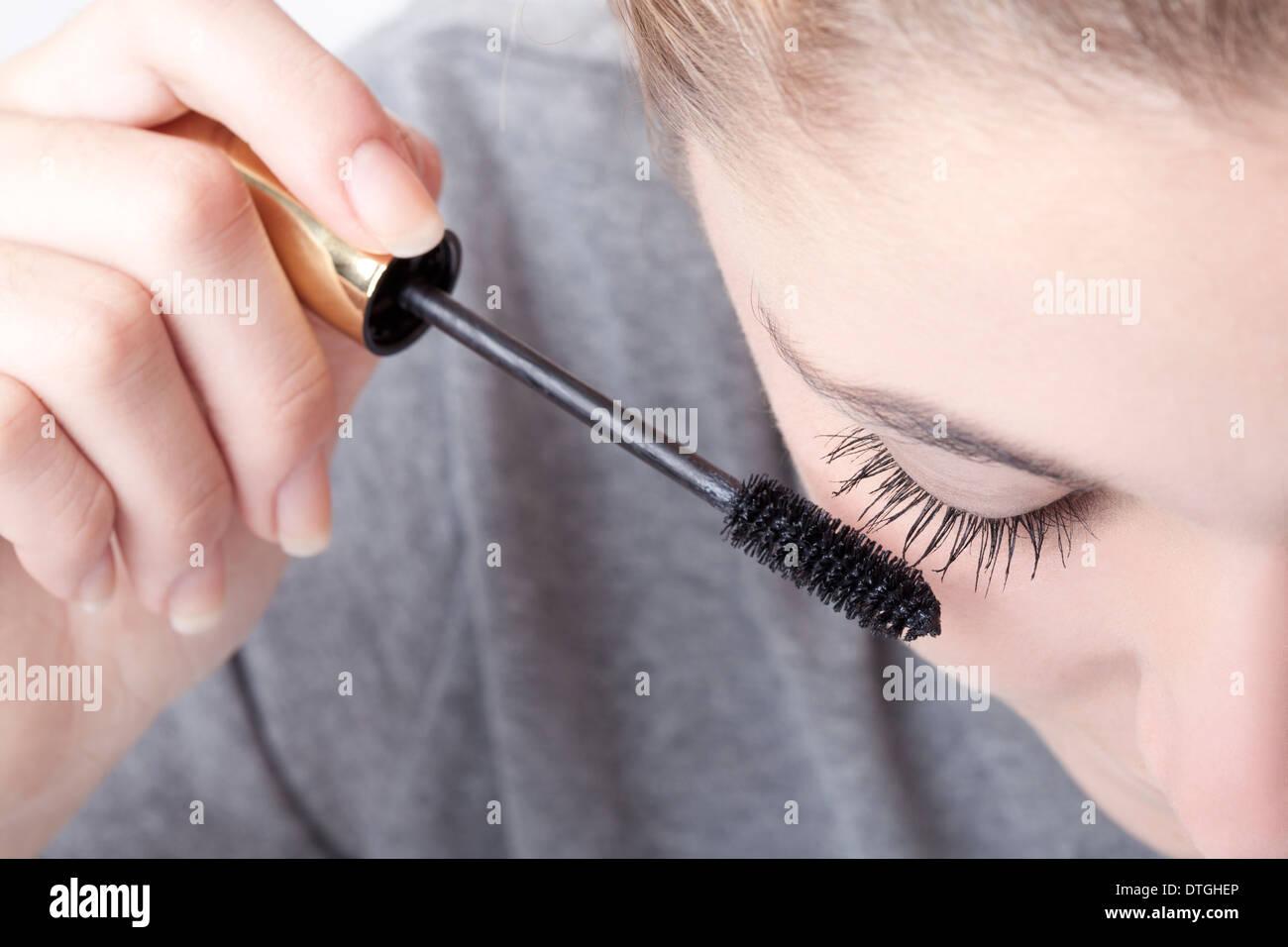Adolescente aplicando mascara Imagen De Stock