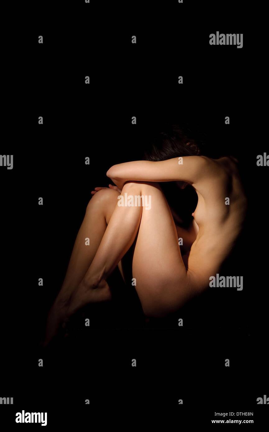 Acto Artístico En El Estudio Mujer Desnuda Posando En Claroscuro