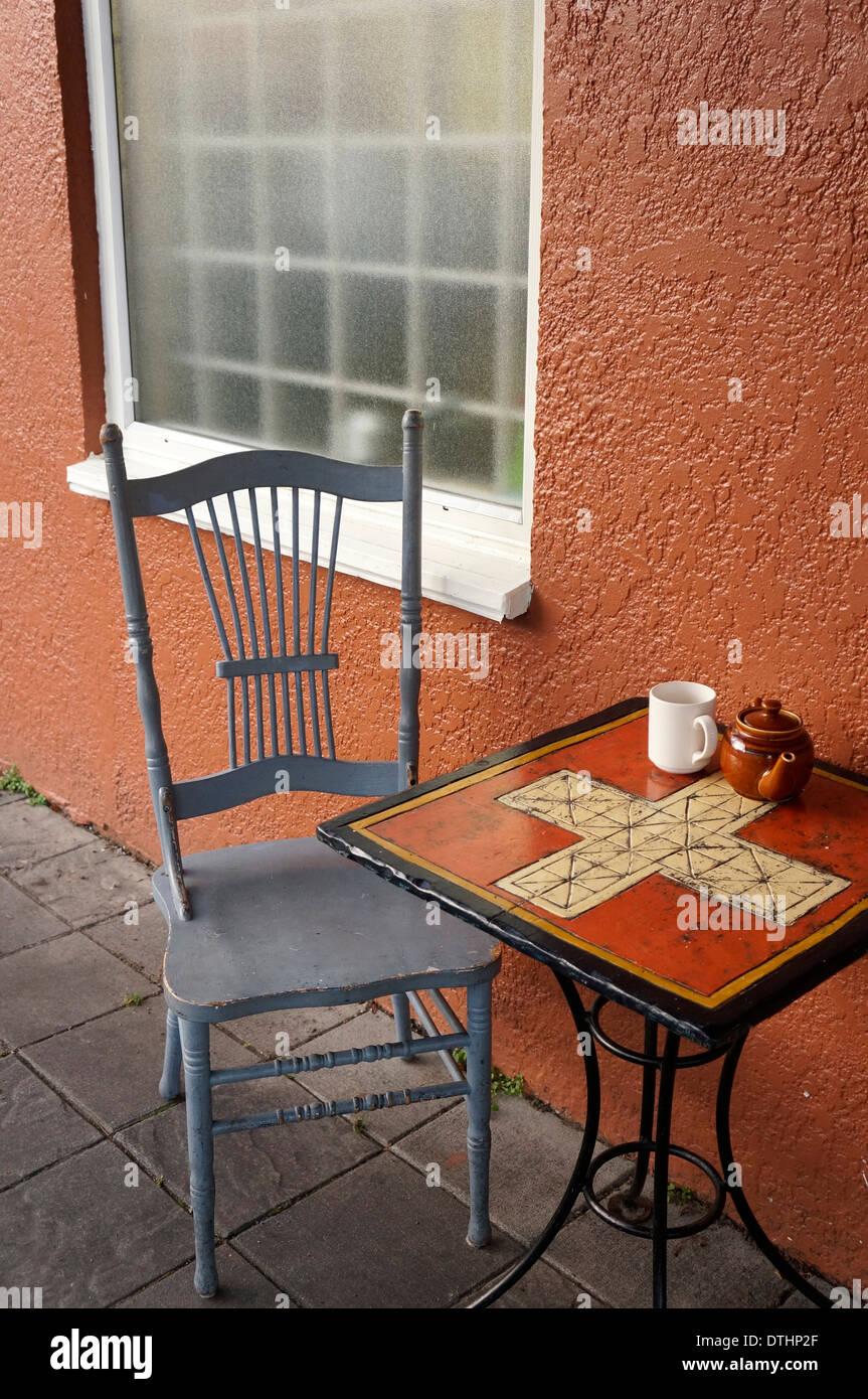 Silla de madera y azulejos de metal mesa fuera la libertad Bakery Cafe en  Main Street e9ab3289fa4f