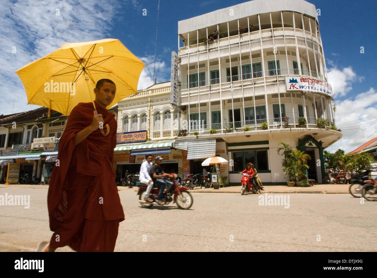 Monje budista caminando por las calles de Battambang. Battambang, Camboya es la segunda ciudad más grande y la capital de Battambang. Imagen De Stock