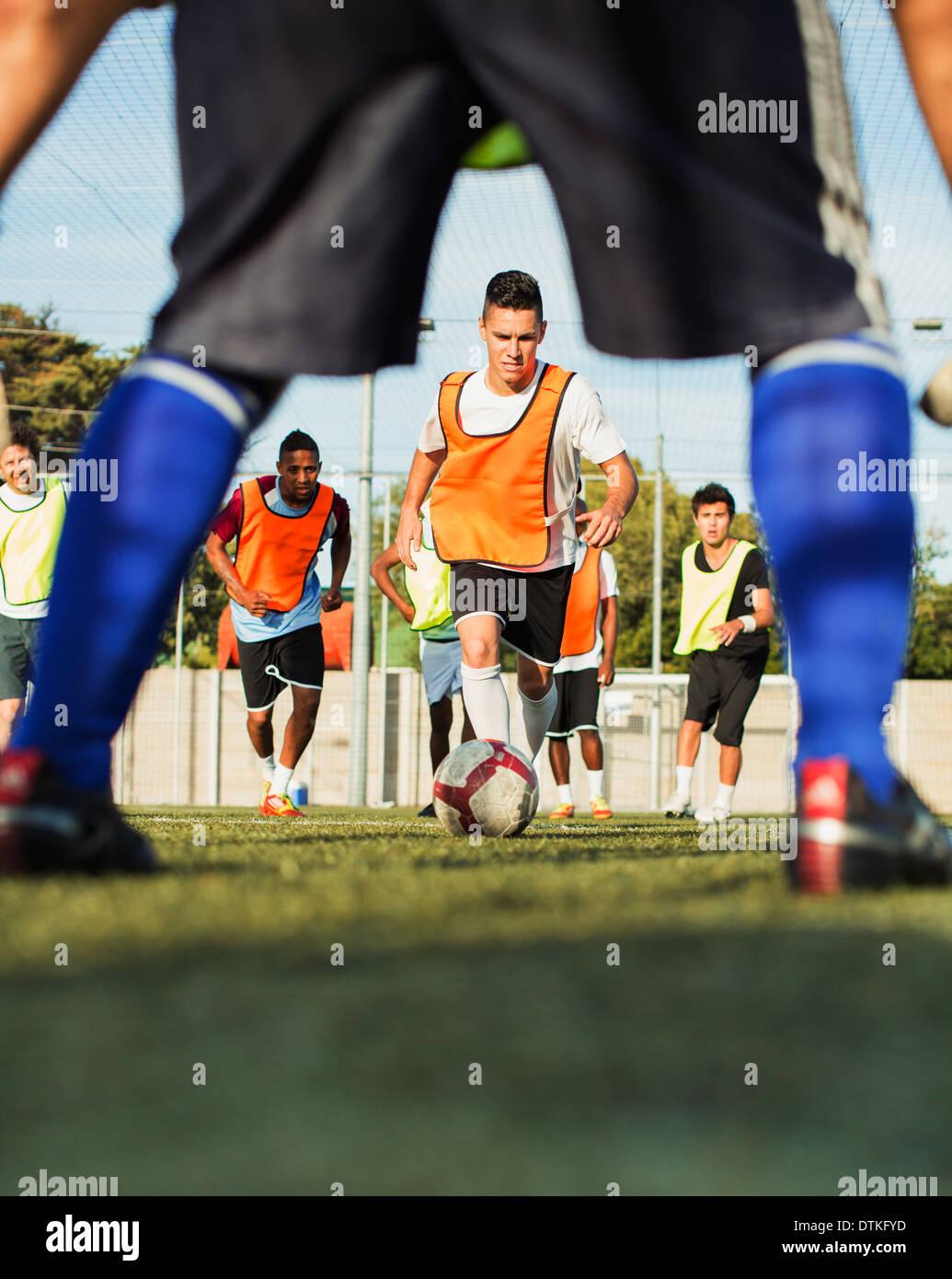 Jugadores de fútbol en el campo de formación Foto de stock