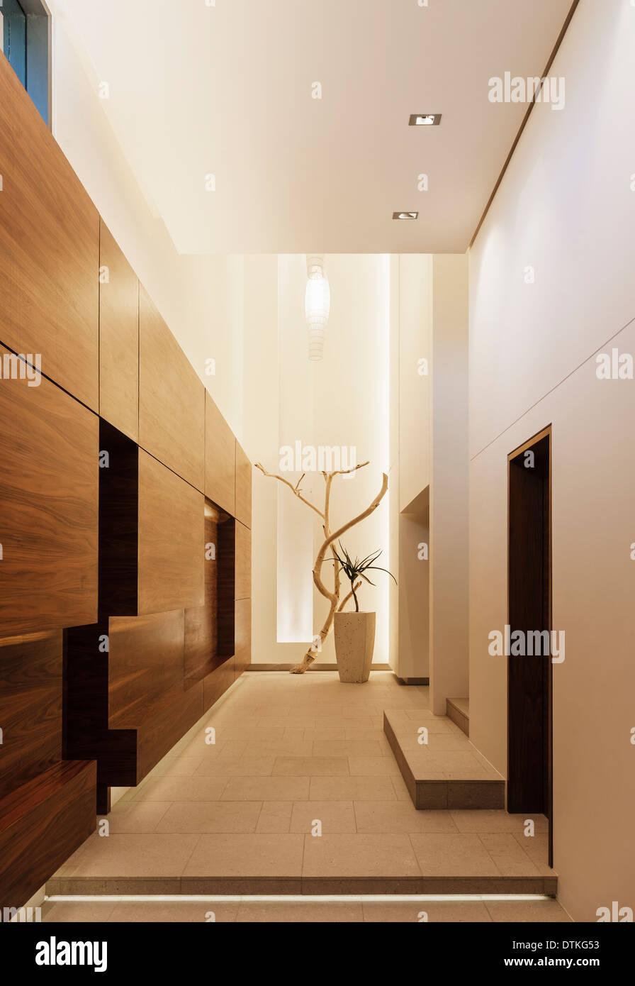 Paneles de madera en el corredor moderno Imagen De Stock