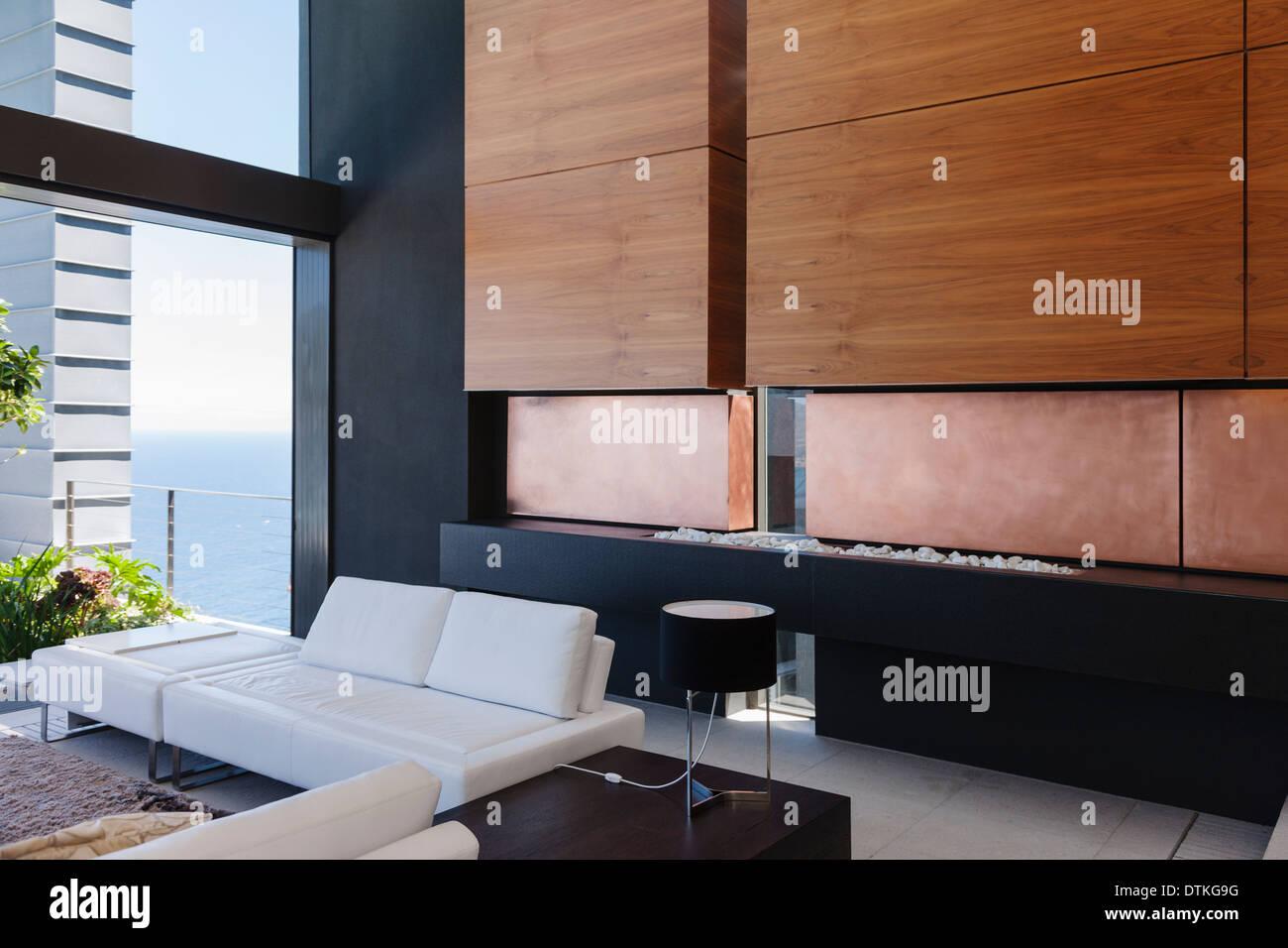 Sofá y paneles de madera en la moderna sala de estar Imagen De Stock