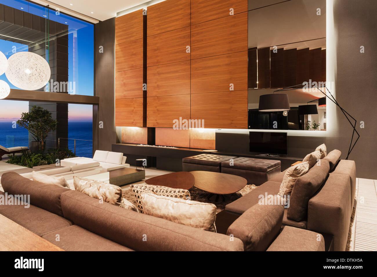 Sofás y paneles de madera en la moderna sala de estar Imagen De Stock