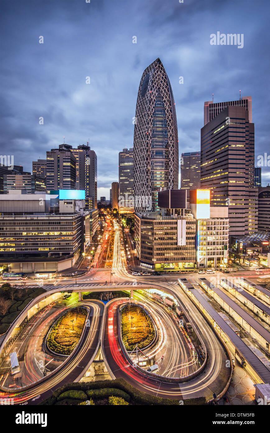 Tokio, Japón, el paisaje urbano en el distrito de rascacielos de Shinjuku. Imagen De Stock