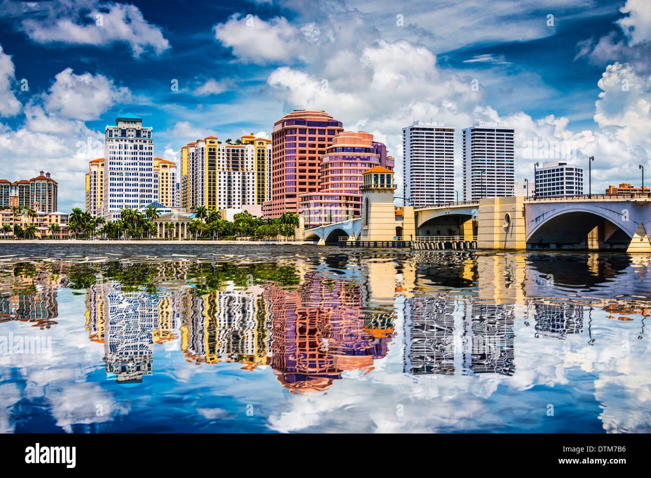 West Palm Beach, Florida, EE.UU. el centro a través de la Intracoastal waterway. Imagen De Stock
