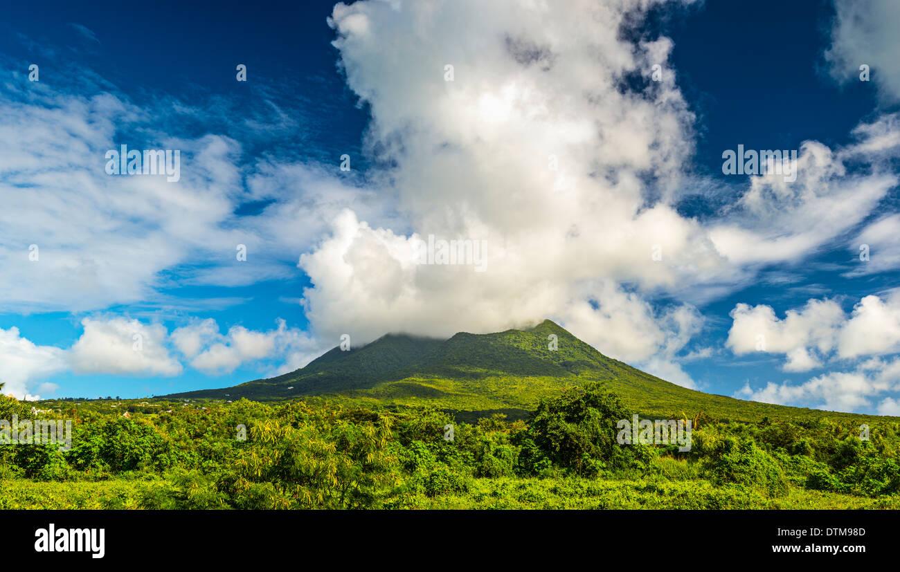 Nevis Peak, un volcán en el Caribe. Imagen De Stock