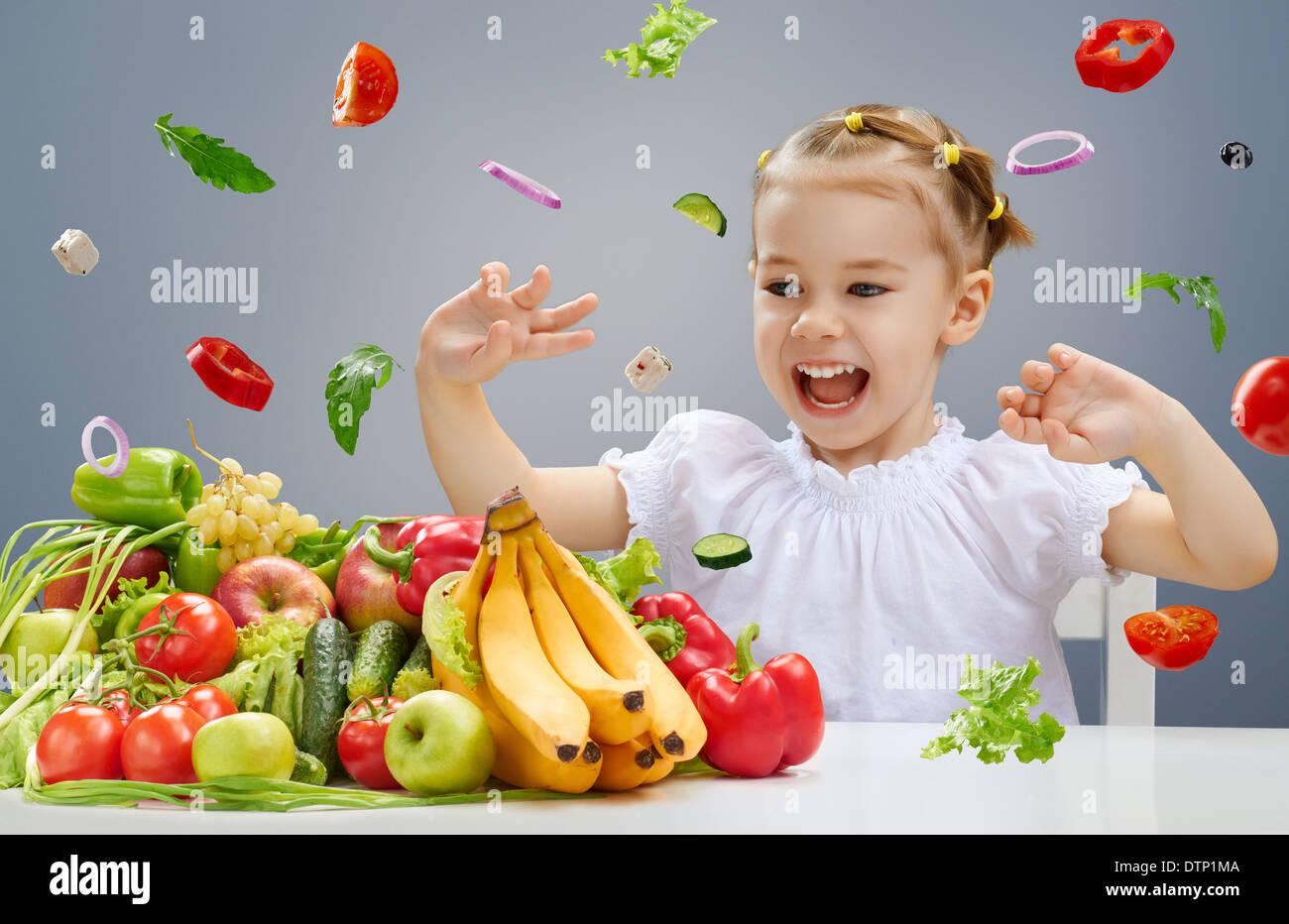 Una bella muchacha comiendo fruta fresca Imagen De Stock
