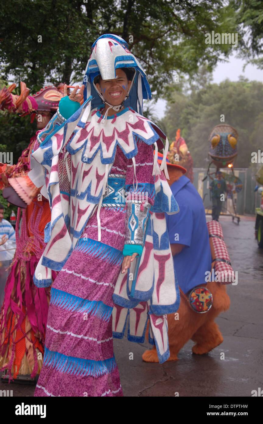 trajes coloridos personajes desfilan en mickey s jamming jungle