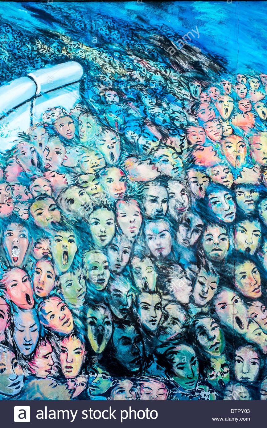 Detalle de la cara pintada de graffiti en el muro de Berlín - El East Side Gallery Foto de stock