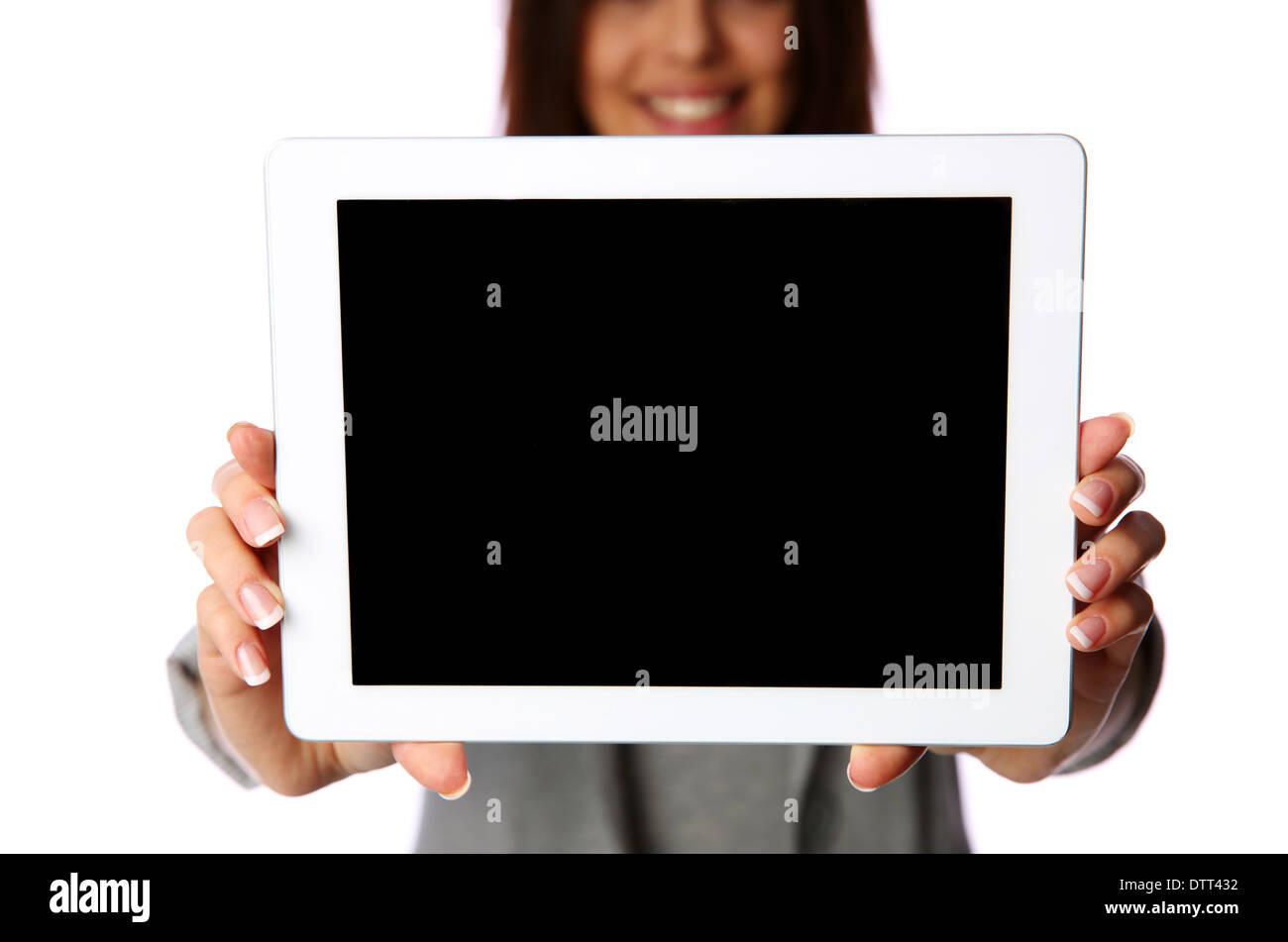 Mujer mostrando la pantalla de tablet pc aislado sobre fondo blanco. Imagen De Stock