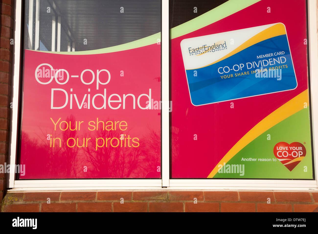 Co-op dividendo anunciado plan de participación de beneficios en los escaparates de las tiendas, al este de Inglaterra, Sociedad Cooperativa, en Suffolk, Inglaterra Imagen De Stock