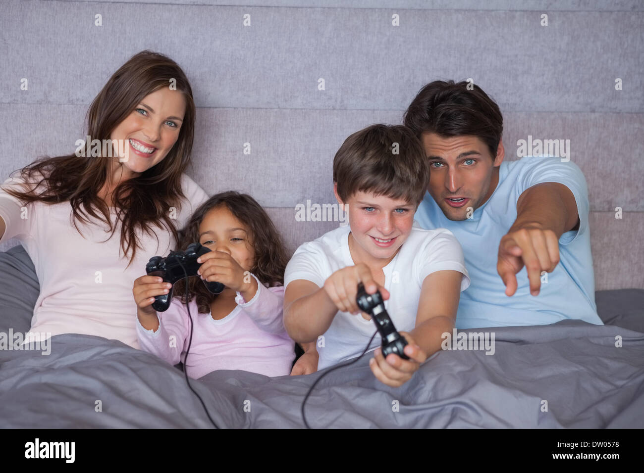 Familia feliz jugando juegos de video Imagen De Stock