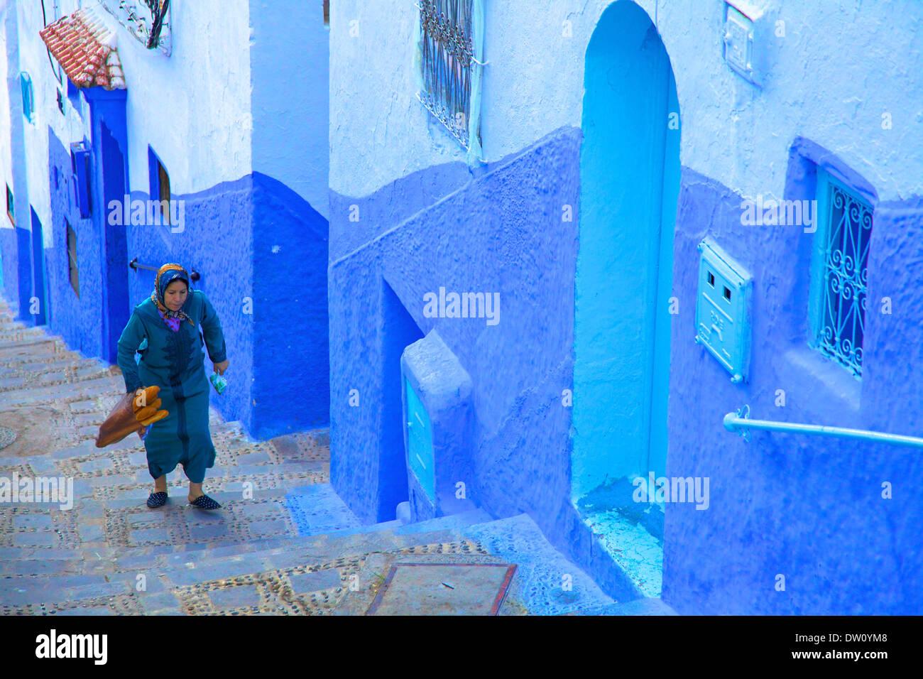 Mujer en ropas tradicionales, Chefchaouen, Marruecos Foto de stock