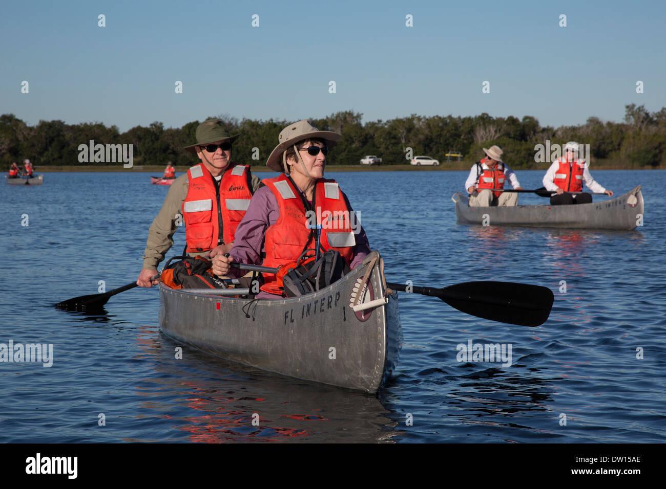 El Parque Nacional Everglades, Florida - Visitantes remar canoas en un viaje dirigido por un guardaparques. Imagen De Stock