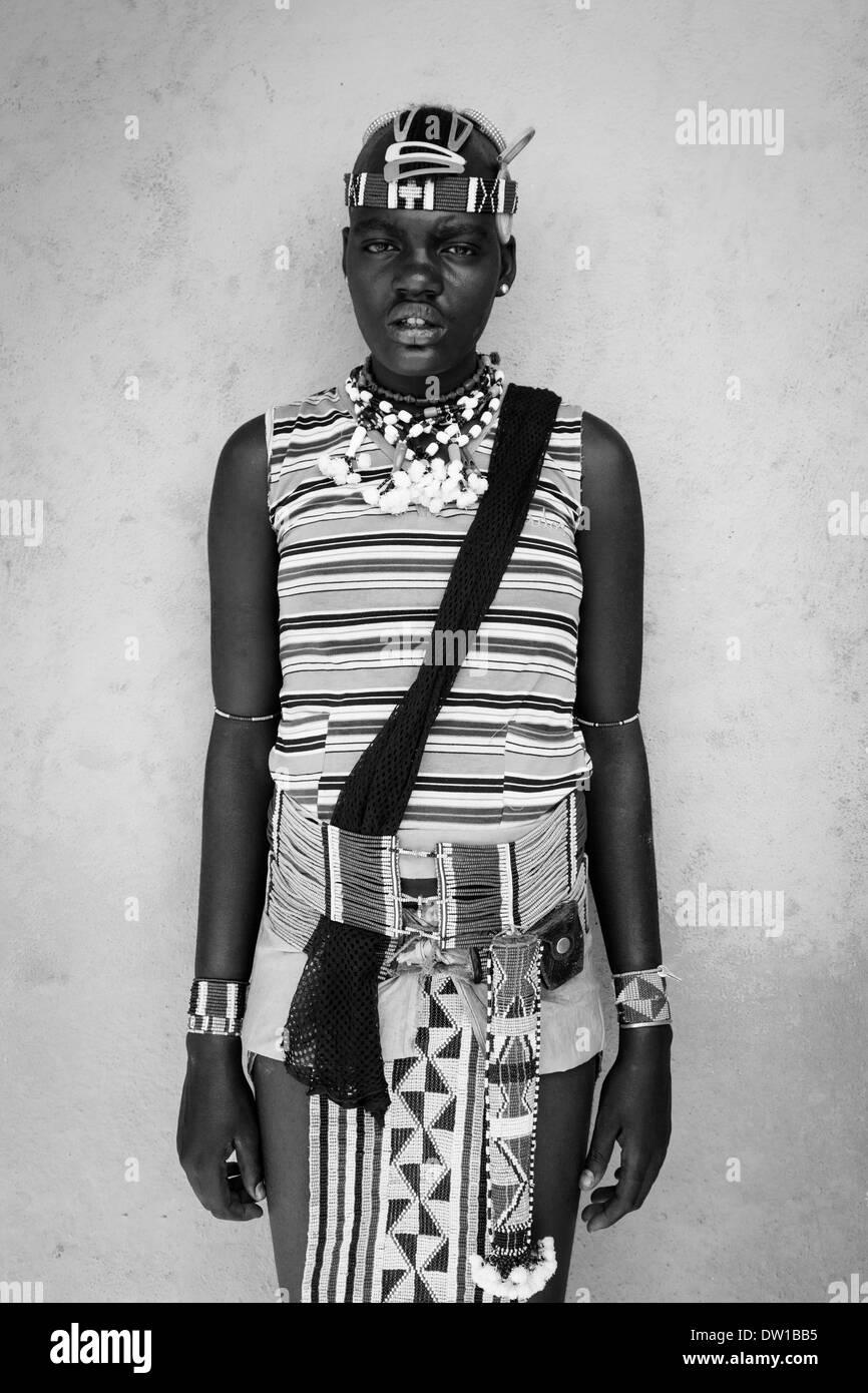 Una niña de la tribu Banna en traje tradicional, Key Afar, Valle de Omo, Etiopía Imagen De Stock