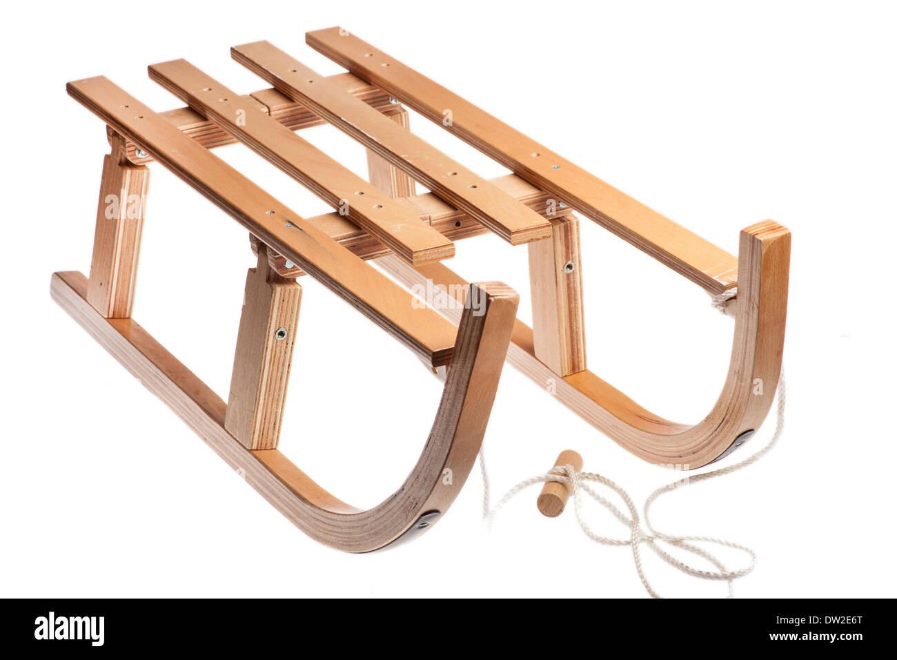 Imagen en color de un trineo de madera vintage aislado en blanco Imagen De Stock
