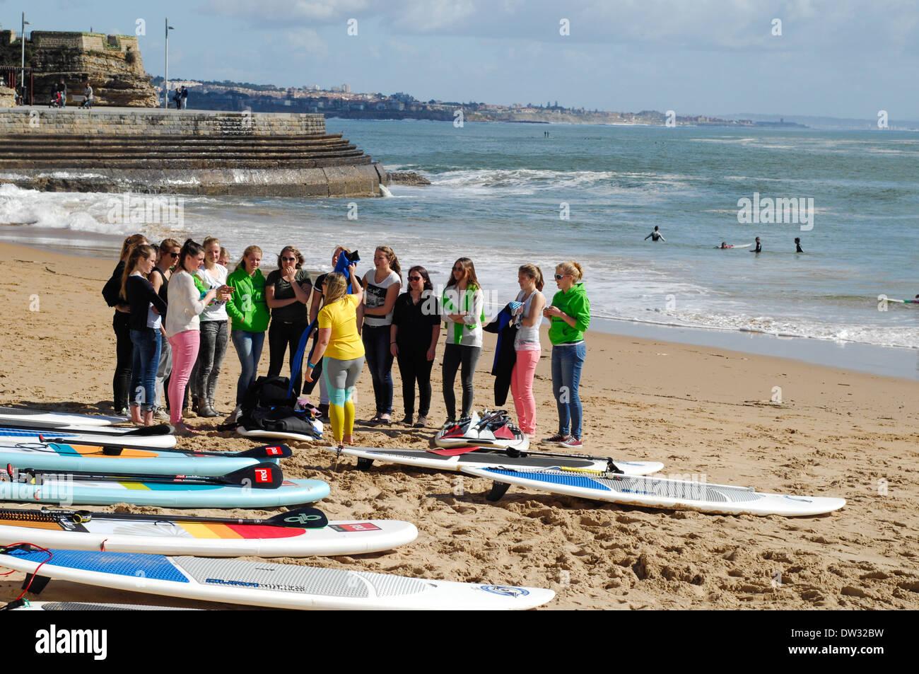 Grupo Lección de Surf coaching Cascais, Estoril, Portugal Imagen De Stock