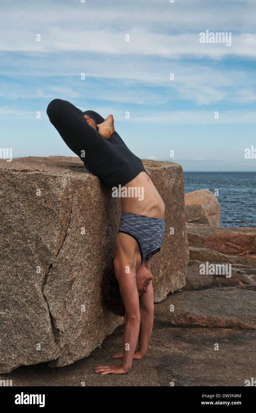 Instructor de Yoga Iyengar ® demuestra Adho Muja, Vriksasana Padmasana (invertido). Imagen De Stock