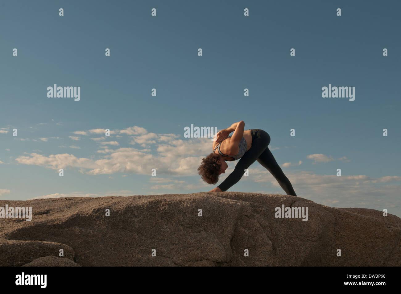 Iyengar Yoga Instructor demuestra Parsvottanasana (de pie). Imagen De Stock