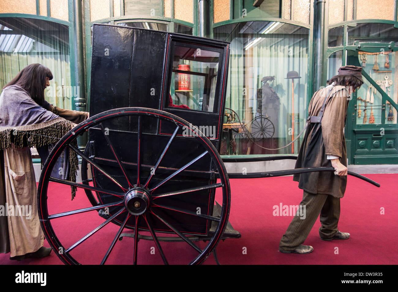 El hombre de la silla del sedán dibujado sobre ruedas en MIAT, museo de arqueología industrial, Gante, Bélgica Imagen De Stock