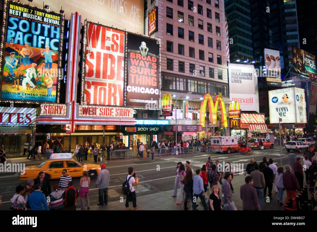 Times Square. 1560 Broadway, entre 46th y 47th Street. Teléfono 212-869-5667 (8:00 a 20:00). Casi treinta millones de visitantes Imagen De Stock