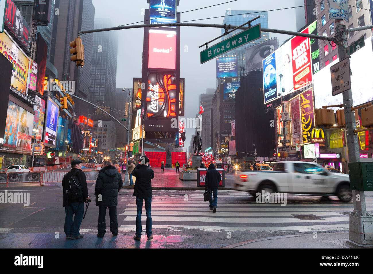Manhattan, ciudad de Nueva York en América del Norte, en la foto de niebla en Times Square, Broadway Theater District Foto de stock