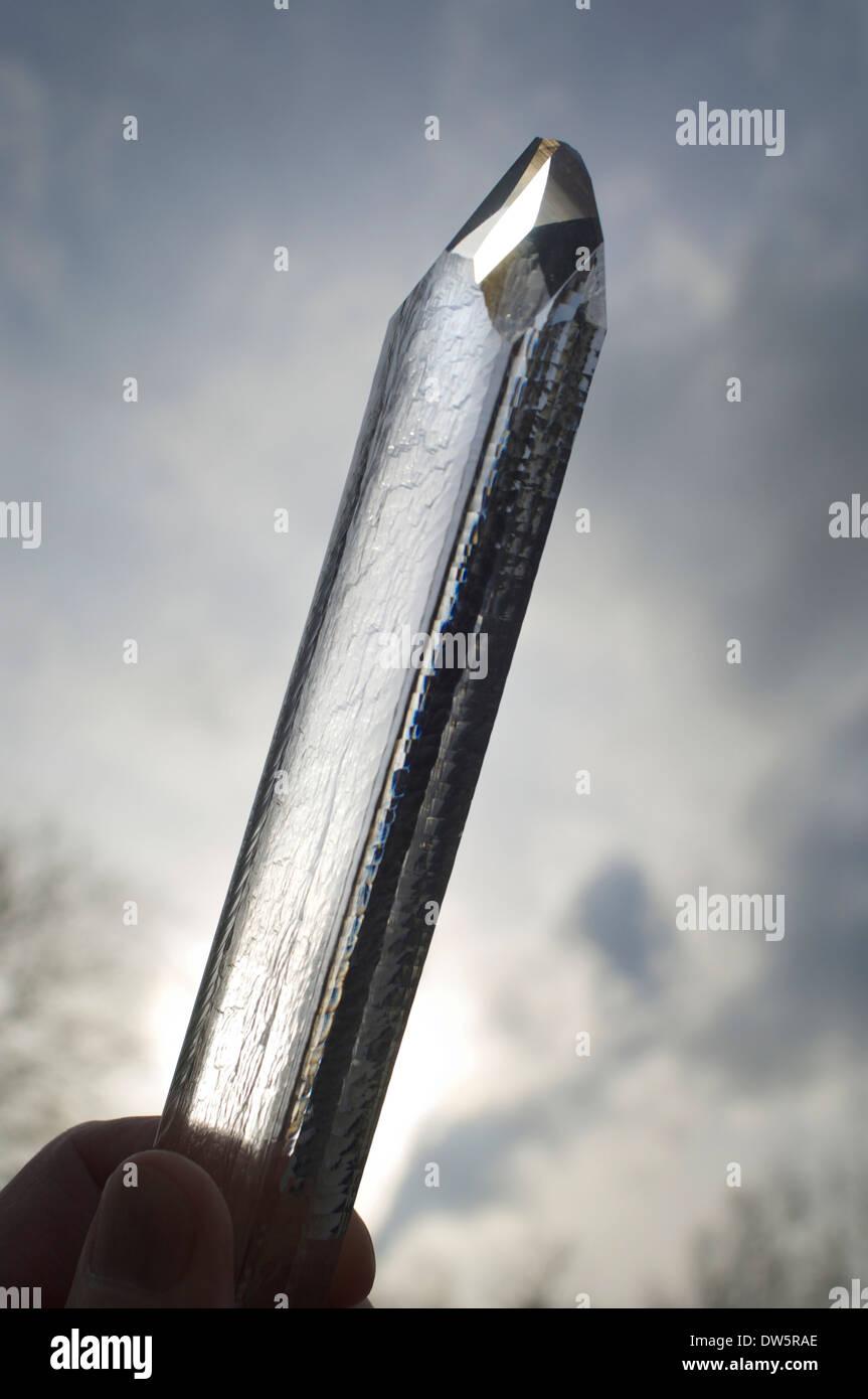 Un cristal de Cuarzo sintético crecido por el método hidrotermal en un laboratorio, de unos 20 cm de largo Imagen De Stock