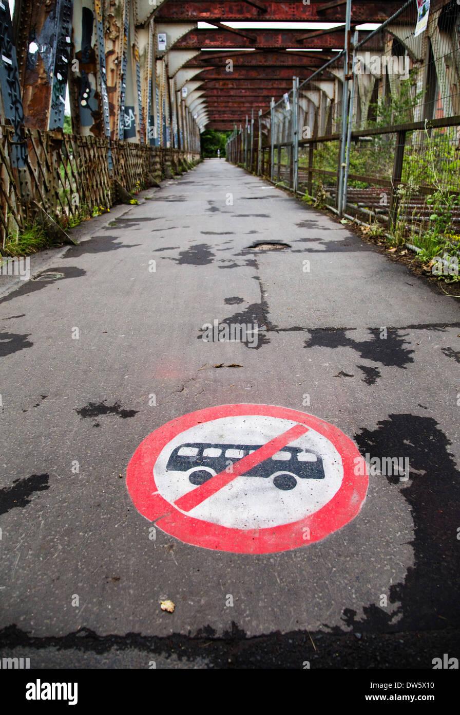 Graffiti ningún signo de autobuses en el viejo puente giratorio Ashton Bristol UK protestando contra los planes del Consejo para desarrollar el puente como una ruta de autobús Imagen De Stock