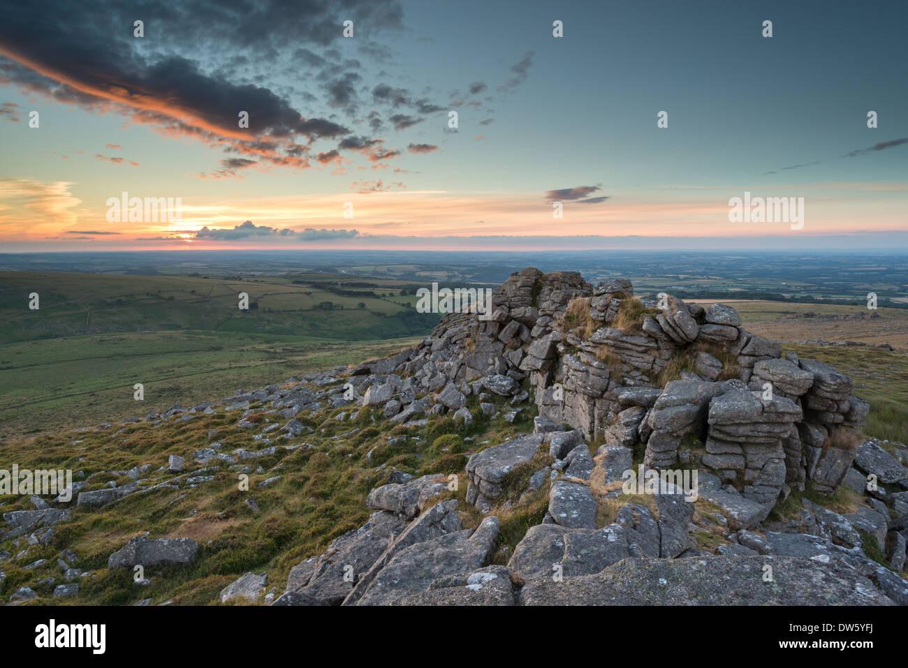 Atardecer de verano en el Parque Nacional Dartmoor, Devon, Inglaterra. Verano (julio de 2013). Imagen De Stock