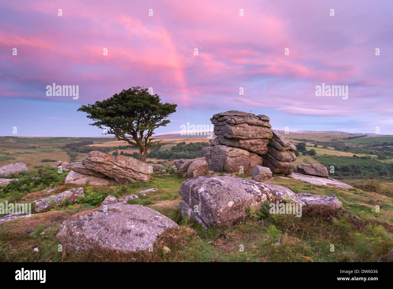 Arco iris sobre amanecer Holwell Tor, Dartmoor, Devon, Inglaterra. Verano (agosto de 2013). Imagen De Stock