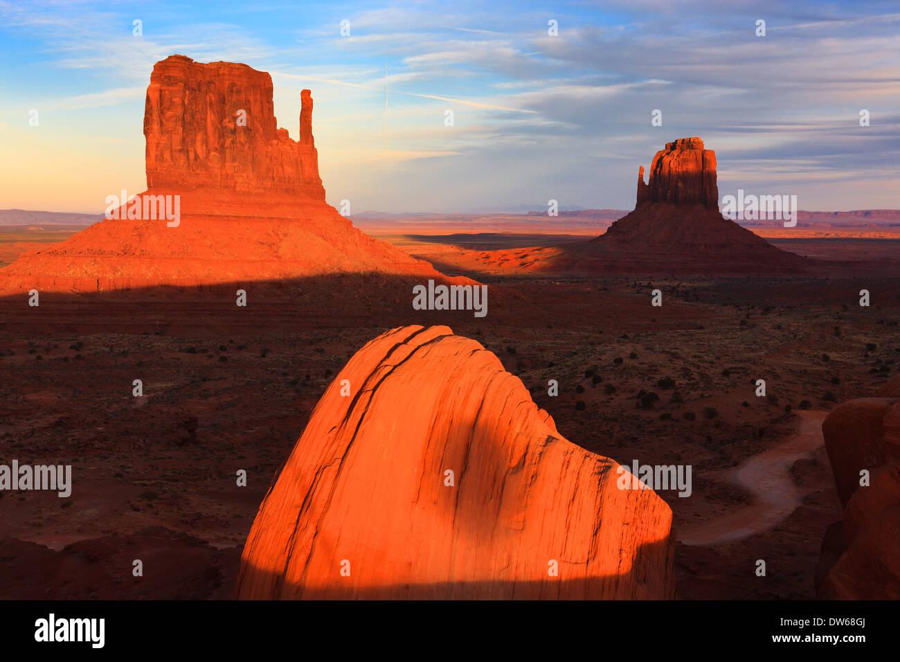 Anochecer en Monument Valley Navajo Tribal Park en la frontera de Utah y Arizona Foto de stock