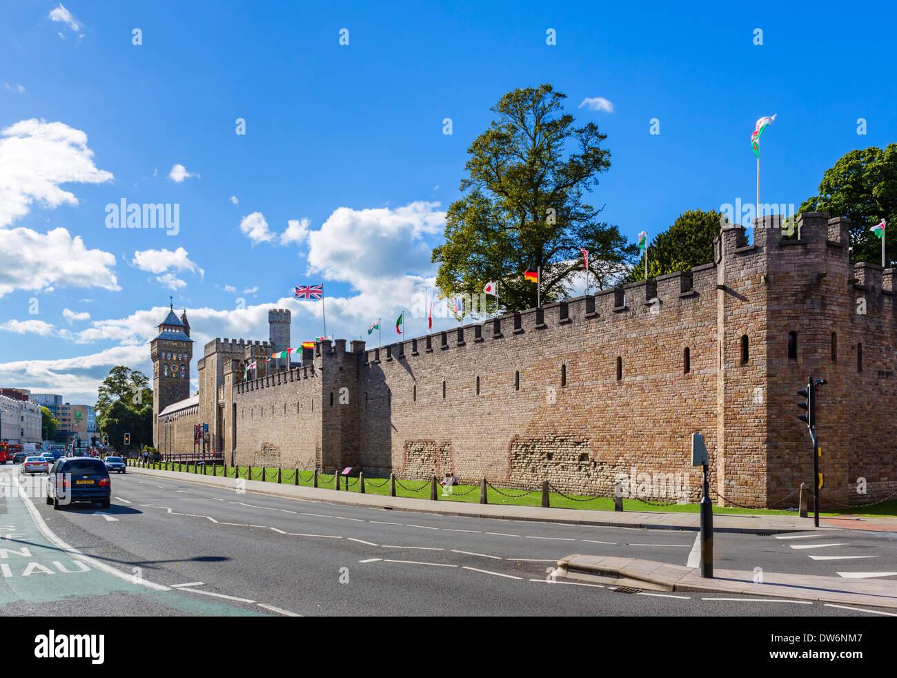 Las paredes exteriores del Castillo de Cardiff, cerca de la entrada en Castle Street, Cardiff, South Glamorgan, Wales, REINO UNIDO Imagen De Stock