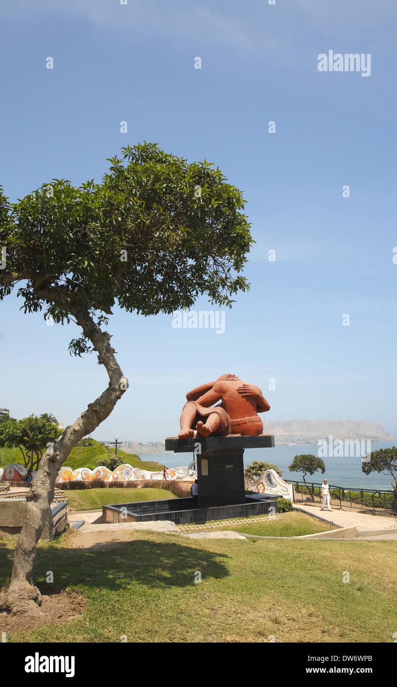 El Beso (el beso) escultura, el Parque del Amor (Love Park), Lima, Perú. Foto de stock