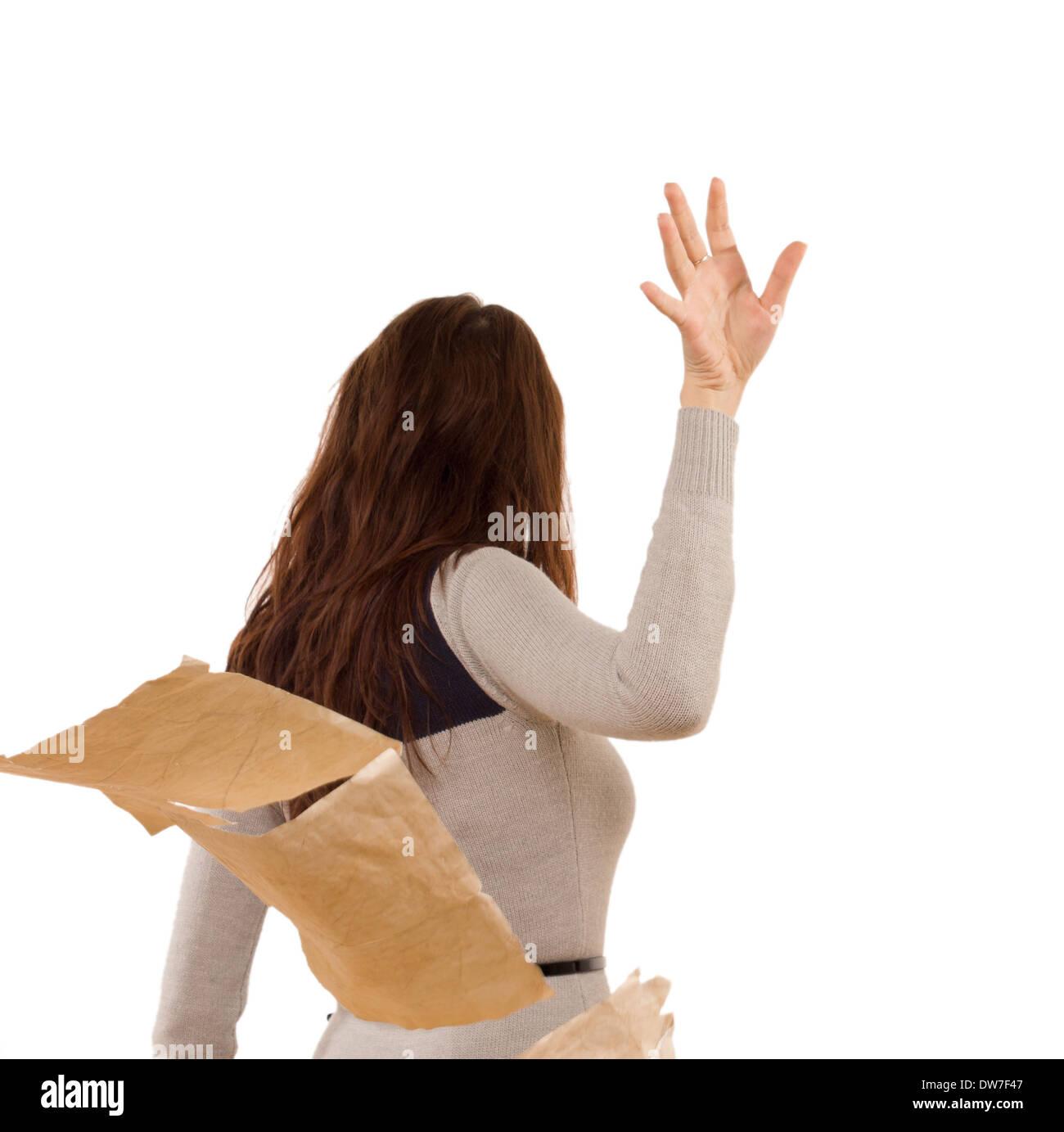 Mujer temperamental echar a un lado los papeles en la ira como ella tempestades tras un desacuerdo, aislado en blanco Foto de stock