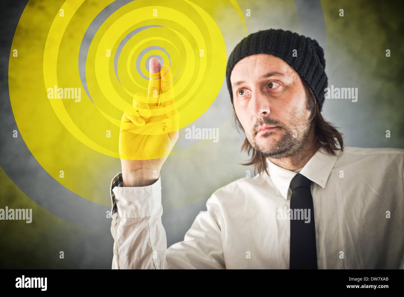 Diseñador gráfico pulsando la pantalla táctil y el botón iniciar proceso creativo Imagen De Stock