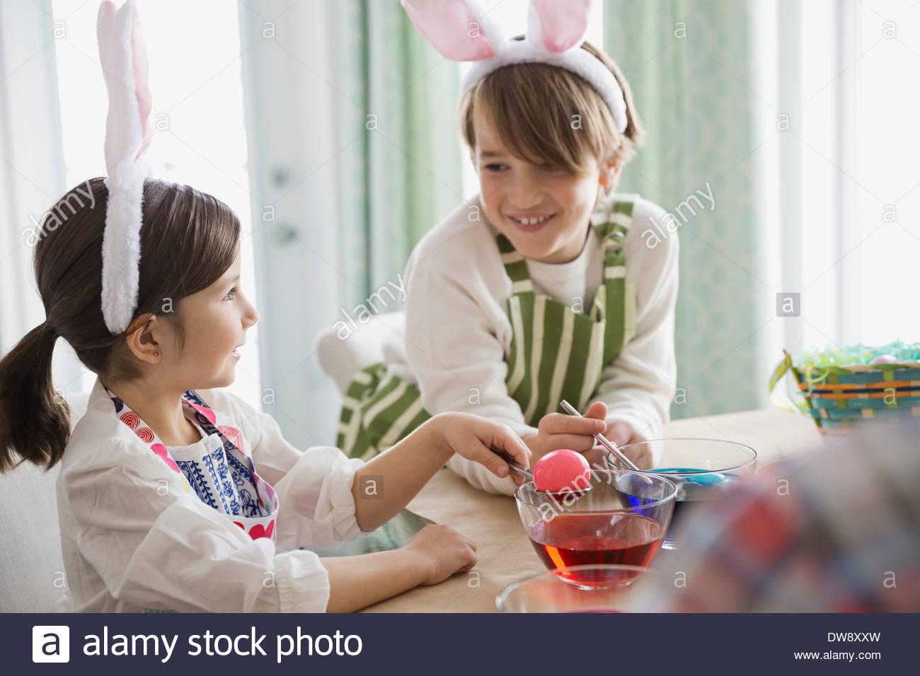 Hermanos teñido de huevos de Pascua Imagen De Stock