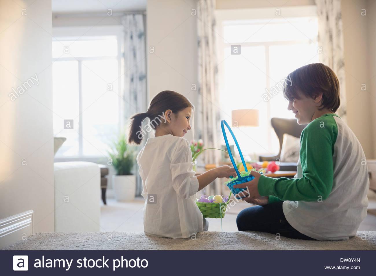 Hermanos con cestas de Pascua en casa Imagen De Stock