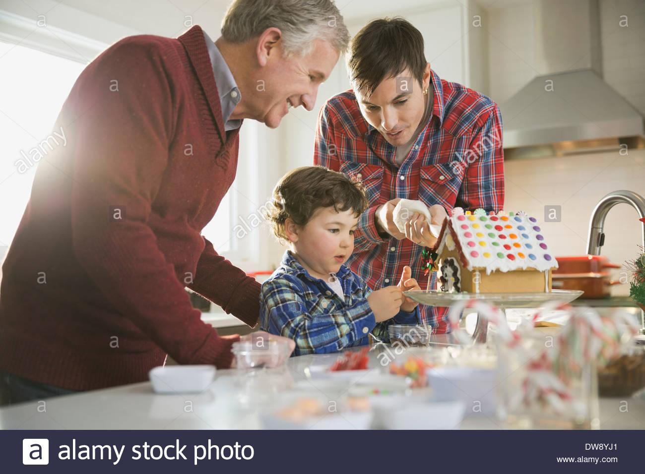 Tres hombres de generación de decoración de Navidad casa de jengibre Imagen De Stock