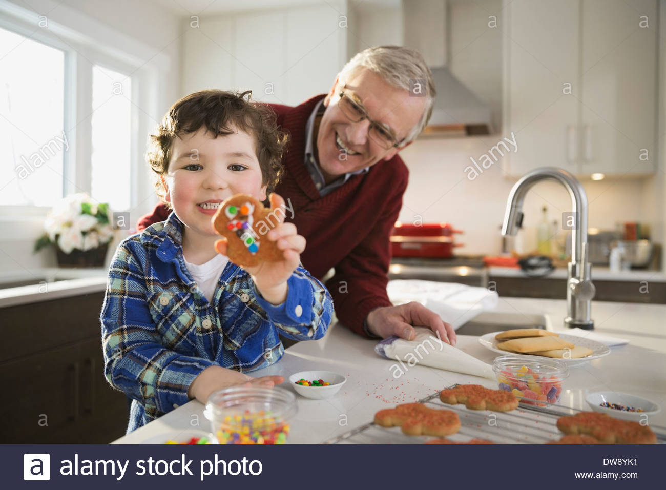 Chico lindo decorado mostrando gingerbread cookie Imagen De Stock