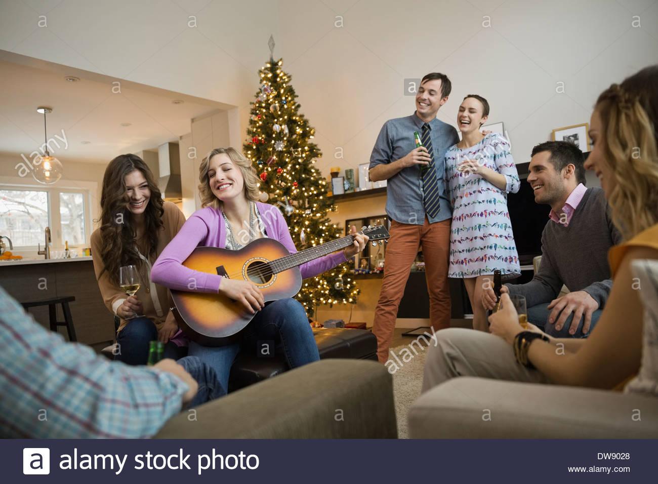 Amigos pasar el tiempo de ocio en casa juntos durante la Navidad Imagen De Stock