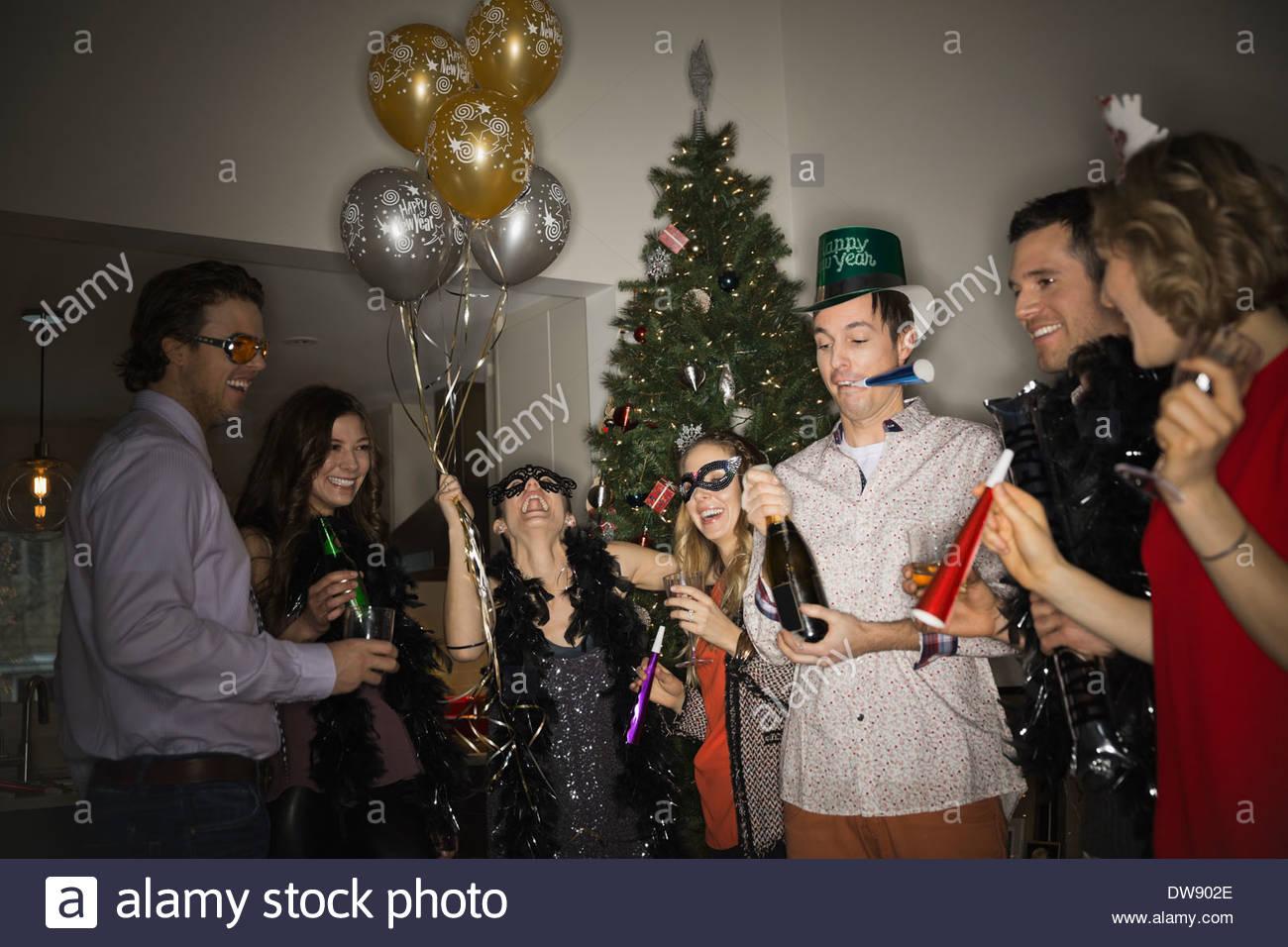 Amigos celebrando la fiesta de Año Nuevo en casa Imagen De Stock