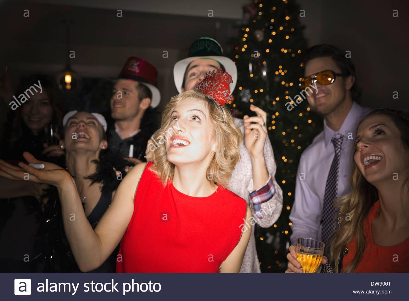Amigos disfrutando de alegre fiesta de Año Nuevo Imagen De Stock