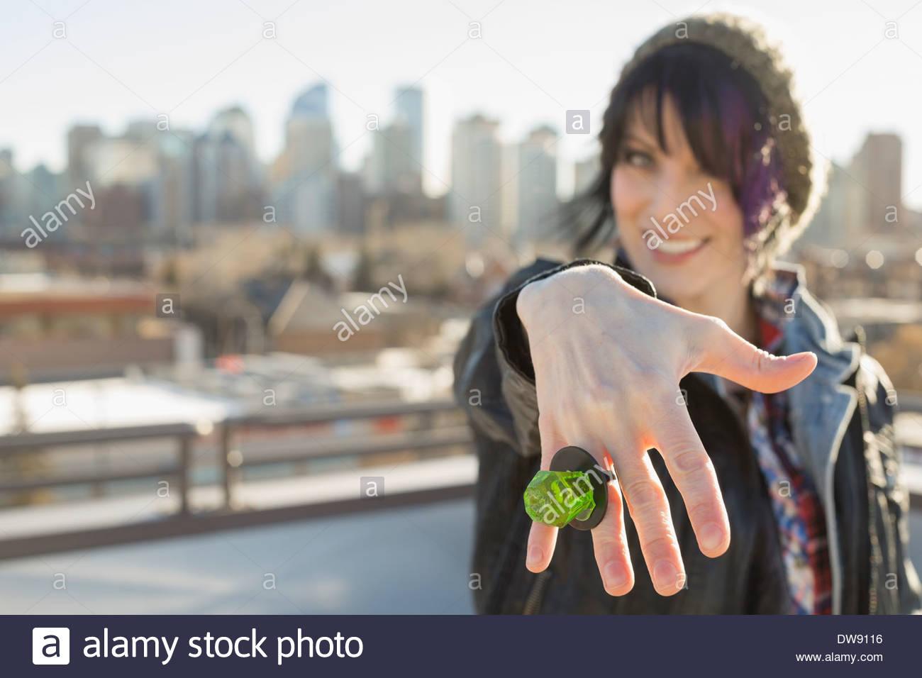 Mujer sonriente mostrando el anillo de caramelo Imagen De Stock