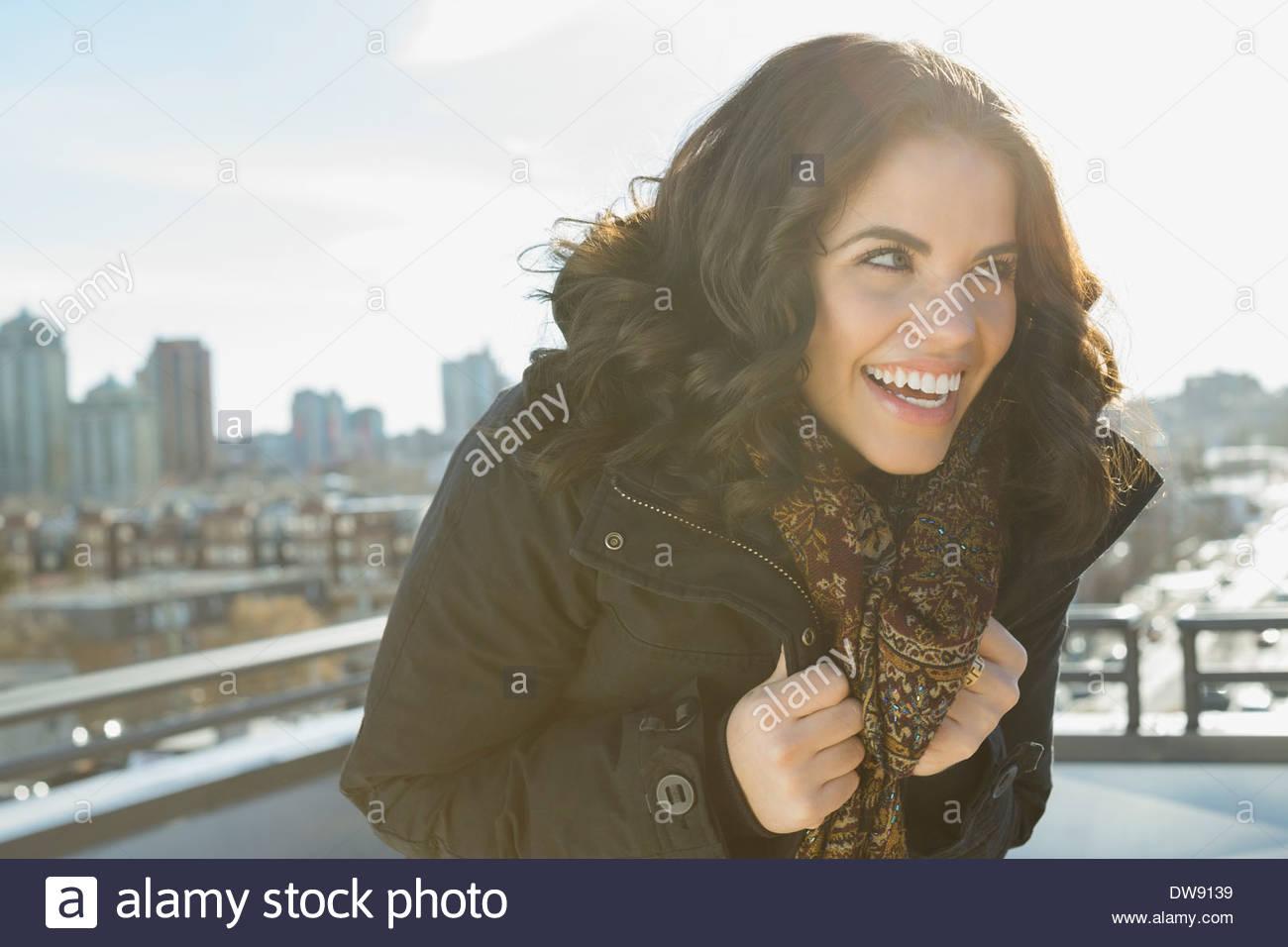 Alegre mujer mirando fuera en el patio Imagen De Stock