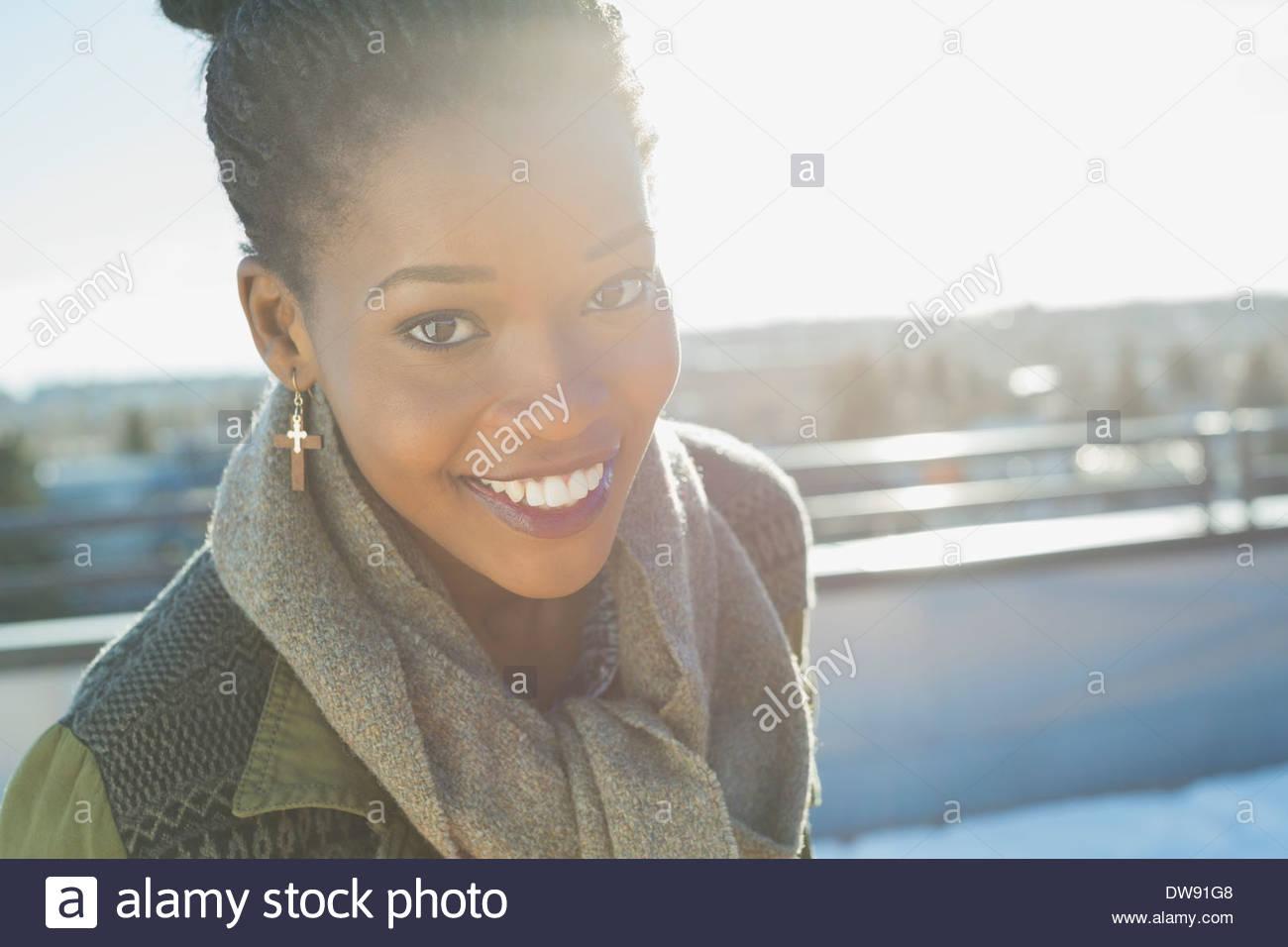 Retrato de mujer sonriente al aire libre Imagen De Stock