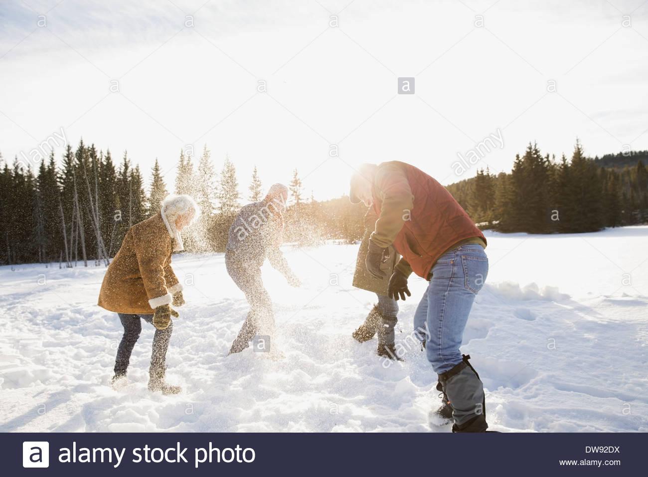 Amigos maduro tener una pelea con bolas de nieve Imagen De Stock