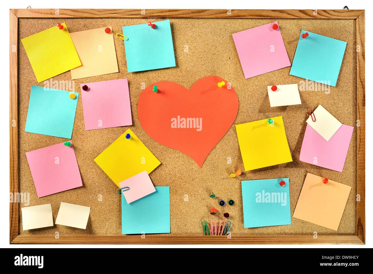 Colorido en blanco las notas en papel, suministros de oficina y papel rojo corazón de corcho tablero de mensajes. Foto de stock