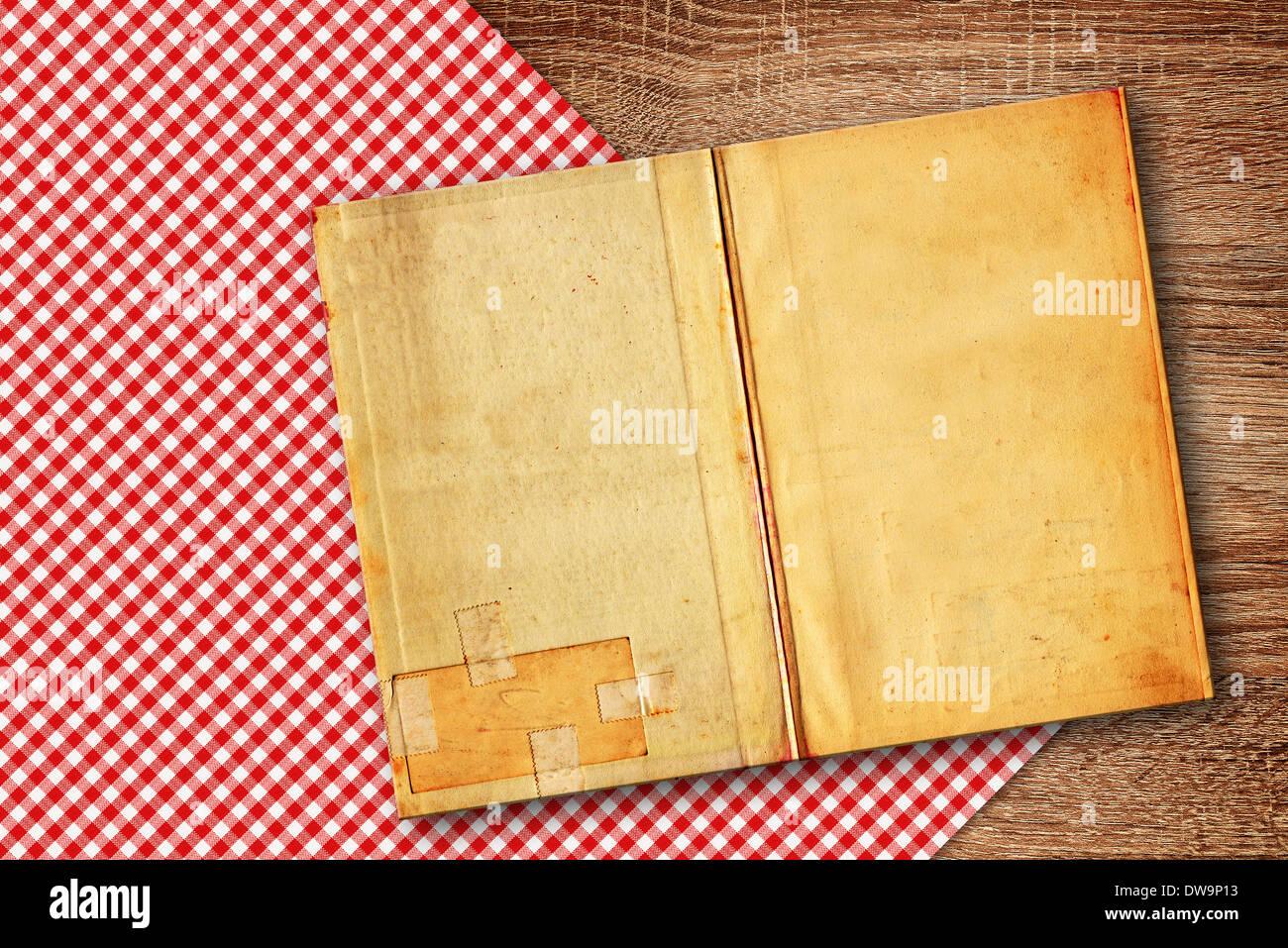 Antiguo libro de recetas en la mesa de la cocina, fondo con ...