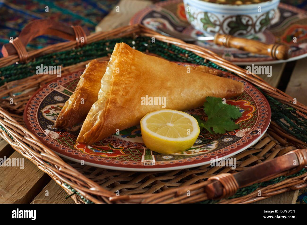 Brik à l'oeuf. Fritos pasteles tunecinos. Túnez alimentos Imagen De Stock